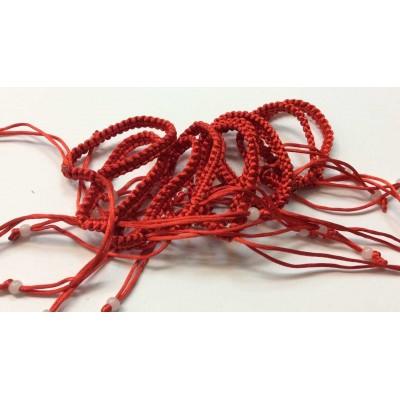 Красная нить с белой бусиной