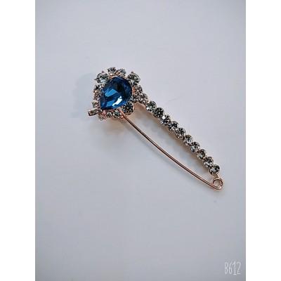 Брошь булавка с синим  кристаллом в металле под золото