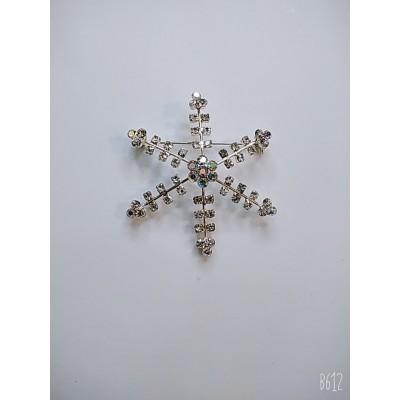 Брошь снежинка в белом металле с белыми стразами