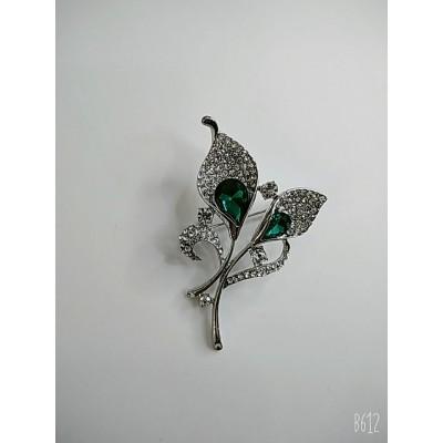 Брошь каллы в белом металле с зелёными кристаллами и белыми стразами