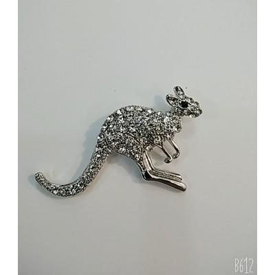 Брошь кенгуру в серебристом металле с белыми стразами